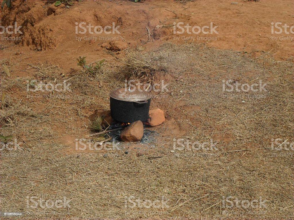 Marmite sur trois briques stock photo