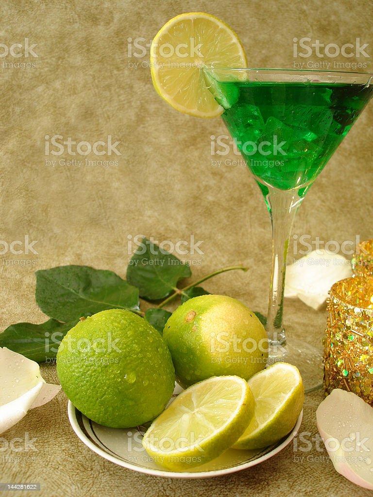 Copo de Martini com Limas em uma placa e velas foto de stock royalty-free