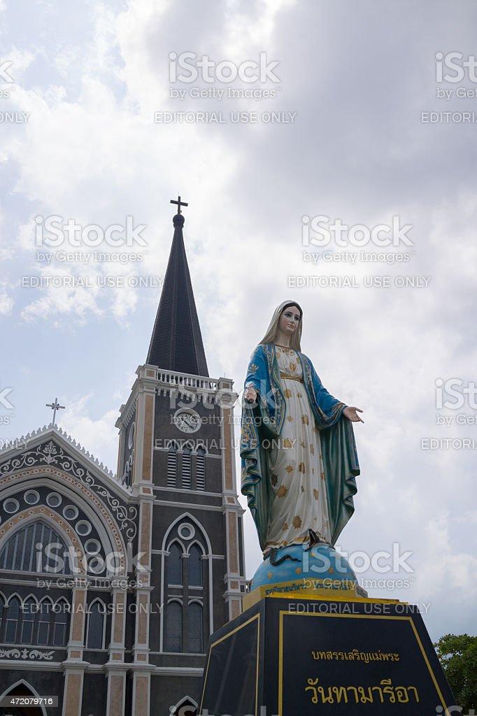 Mary statue debout en face de l'Église catholique en Chantaburi. photo libre de droits