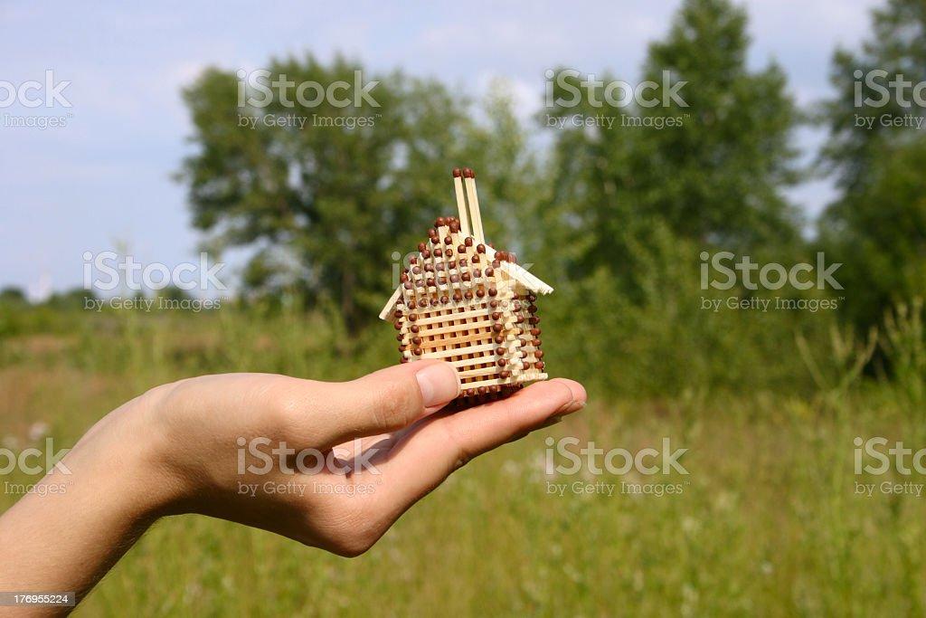 Mały dom stały się na kobieta Dłoń zbiór zdjęć royalty-free