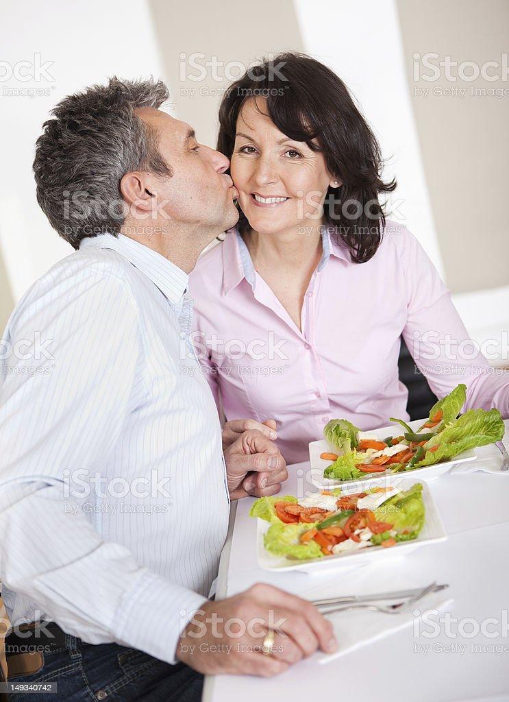 Pareja madura teniendo el almuerzo en su casa - foto de stock