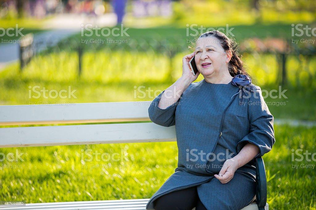 Зрелая женщина в желтом фото 736-87