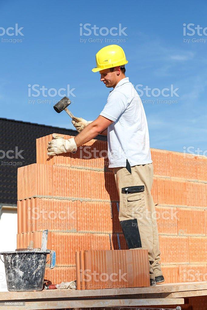 Maurer auf Baustelle stock photo