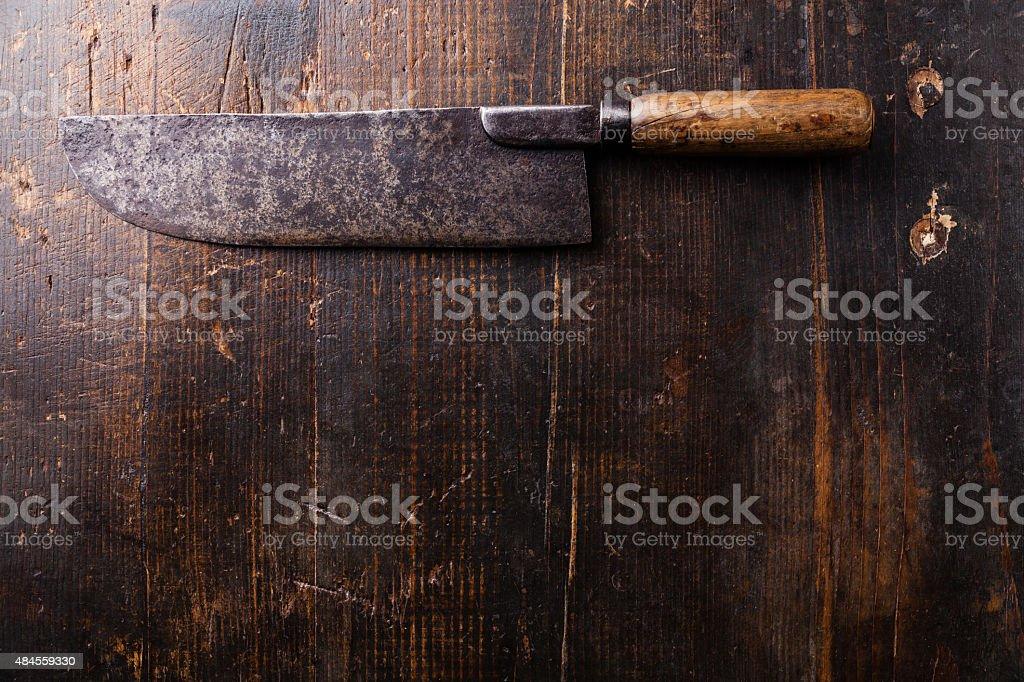 Fleischerbeil mit hölzernem Hintergrund – Foto