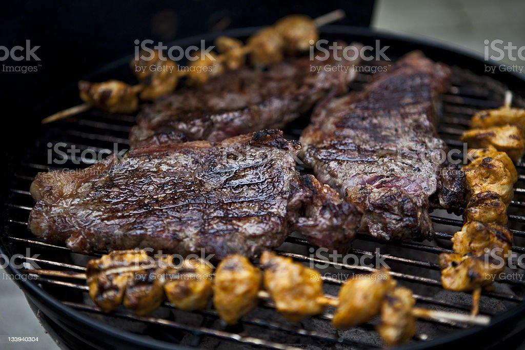 Carne sobre uma grelha foto de stock royalty-free