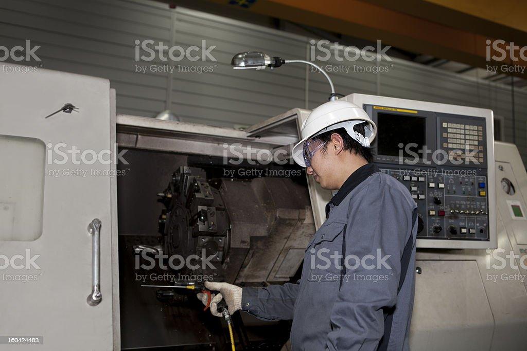 Maschinentechniker von cnc machine Lizenzfreies stock-foto