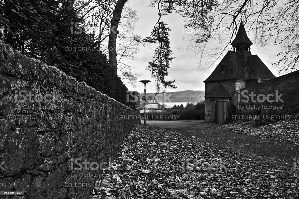 Medieval Capela por uma estrada de cascalho revestida de folha foto de stock royalty-free