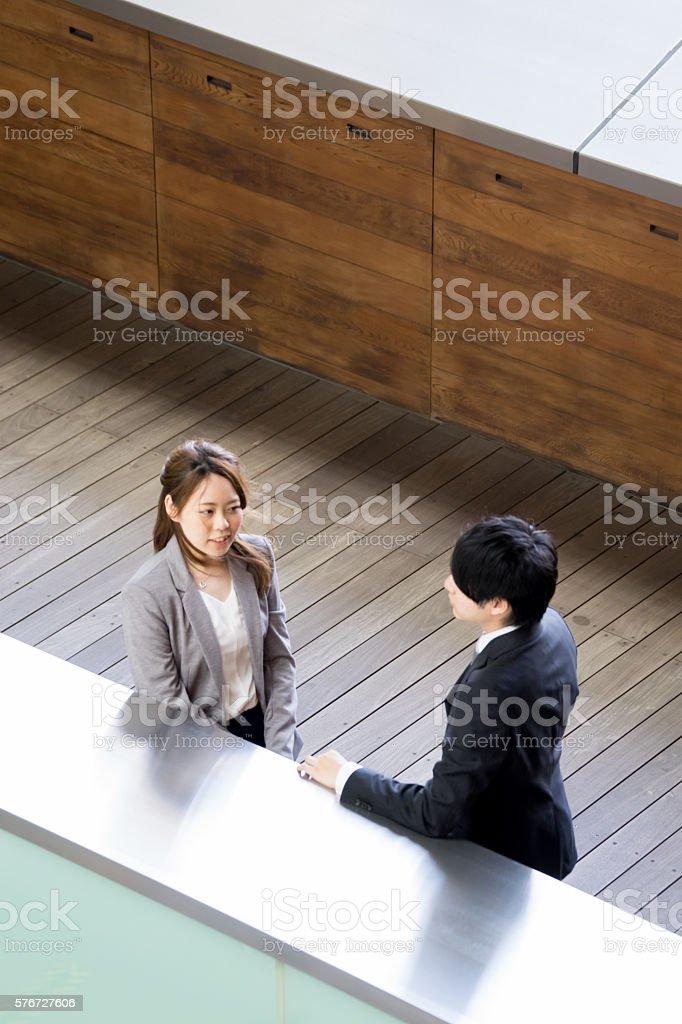 Men and women in suits to talk photo libre de droits
