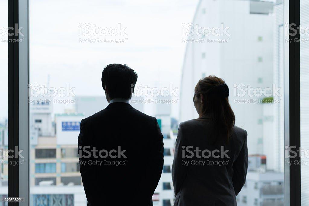 Men and women look out (Office Silhouette cityscape) photo libre de droits