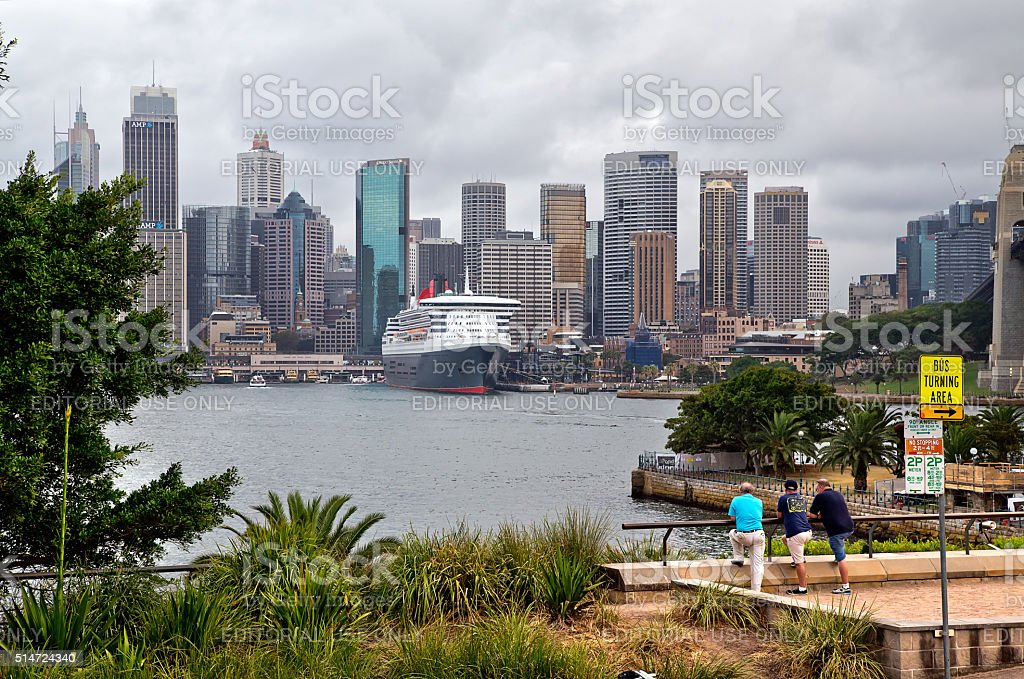 3 men looking at Queen Mary 2 in Sydney stock photo