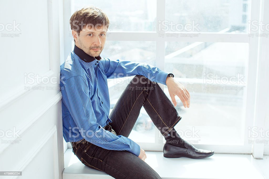Ritratto di uomo in finestra foto stock royalty-free