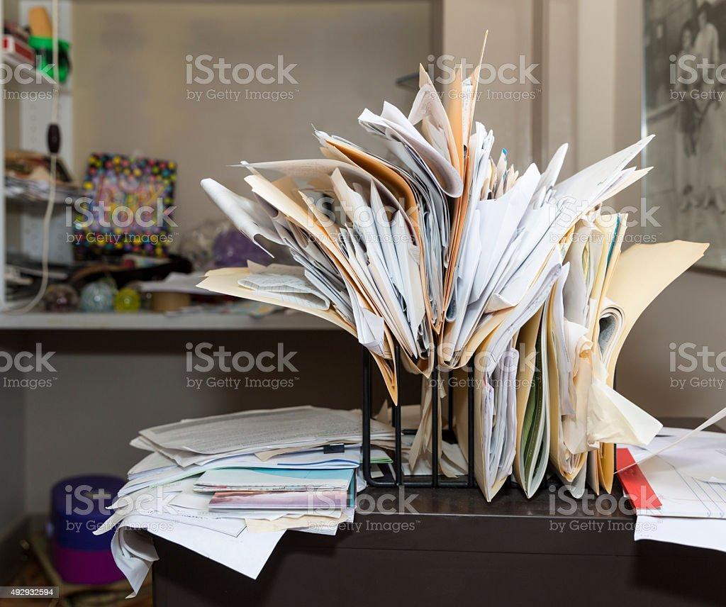 Schreibtisch voller akten  Unordentlich Chaotisch Die Datei Rack Auf Einem Schreibtisch ...