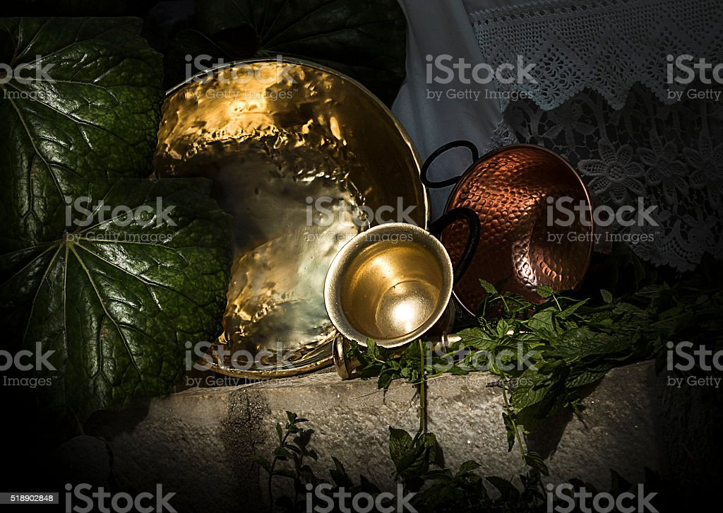 cuencos de metal stock photo