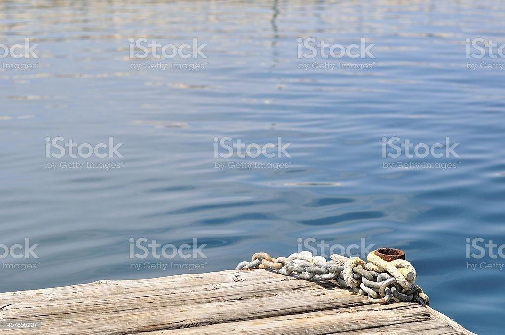 Metalowe Łańcuchy i cumowania Pachołek na drewnianym molo zbiór zdjęć royalty-free