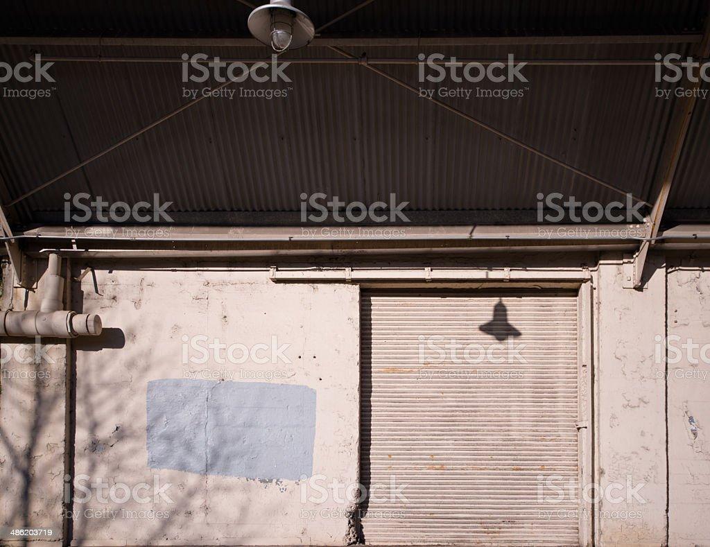 La porta metallica del vecchio magazzino con un canopy foto stock royalty-free