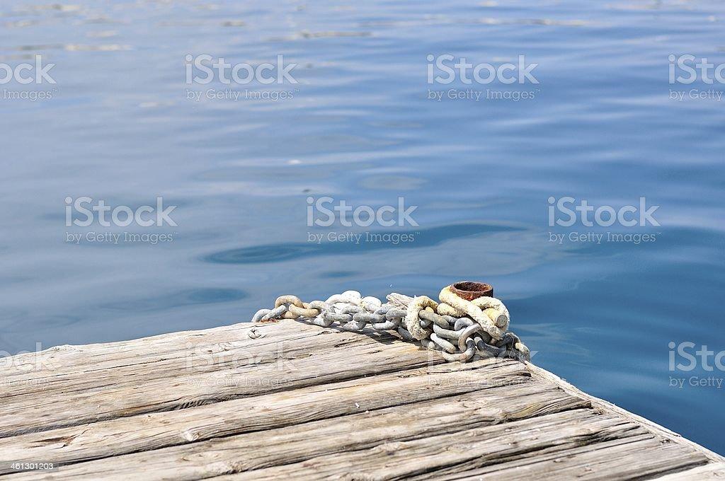 Statek metalowe Łańcuchy i Pachołek na drewnianym molo zbiór zdjęć royalty-free