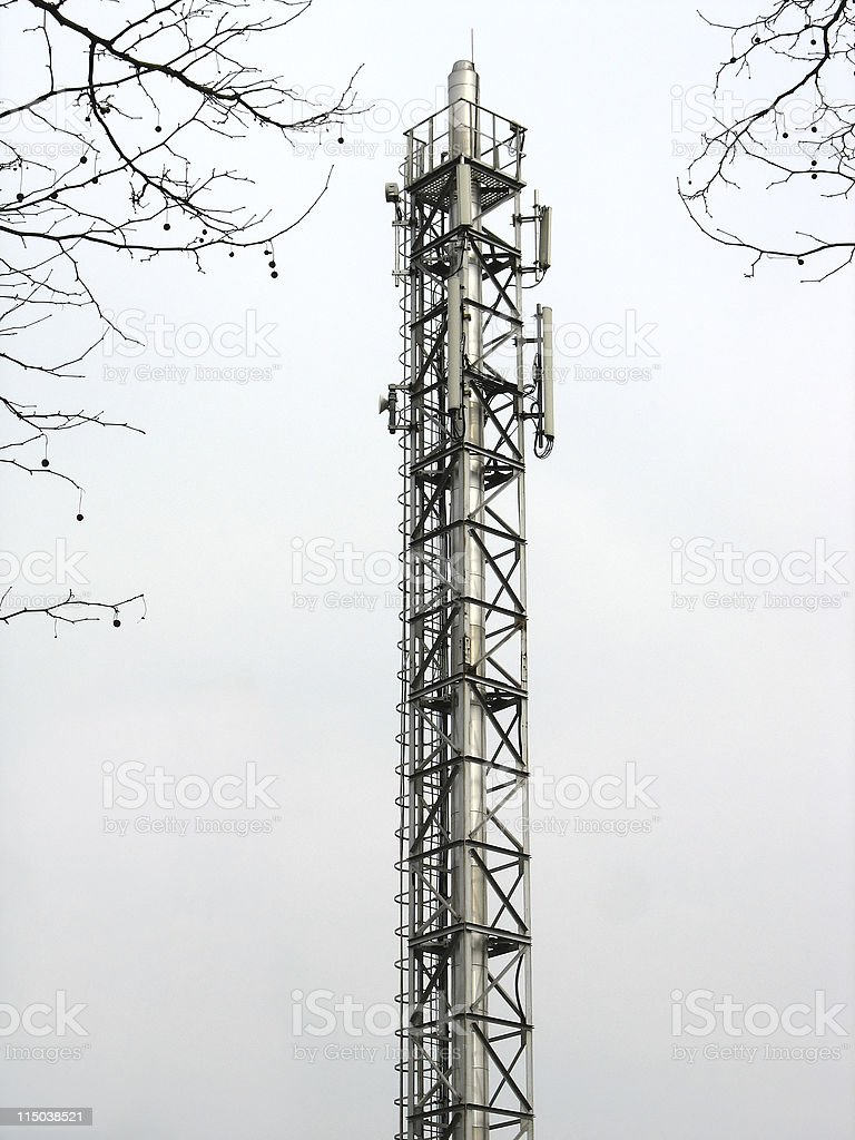 Metálico Torre de Comunicações com antenas sobre o fundo do céu foto de stock royalty-free