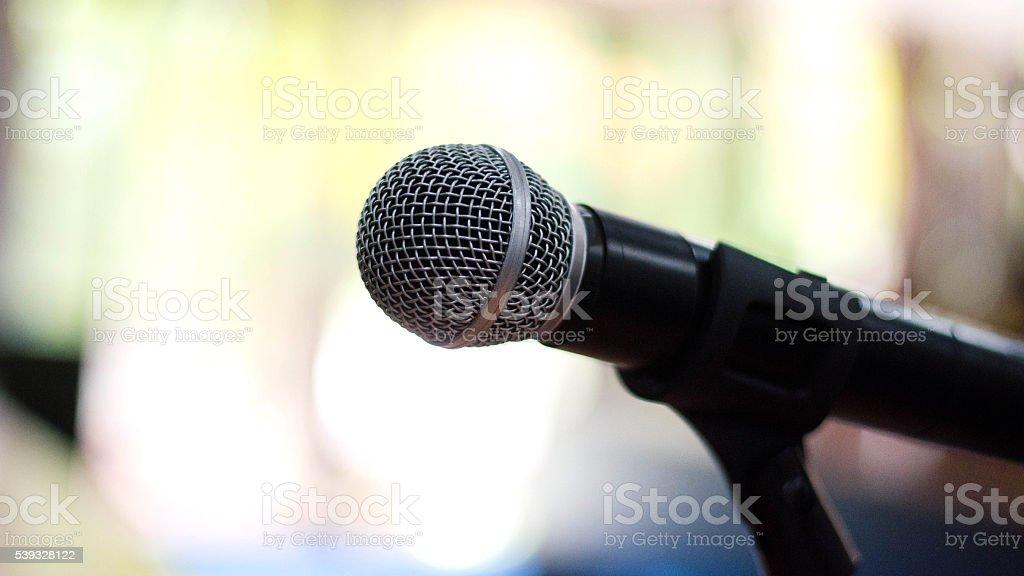 Micrófono es un dispositivo que se transforma en señales eléctricas de sonido foto de stock libre de derechos