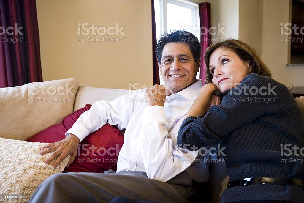 De edad madura par relajante juntos en SOFÁ foto de stock libre de derechos