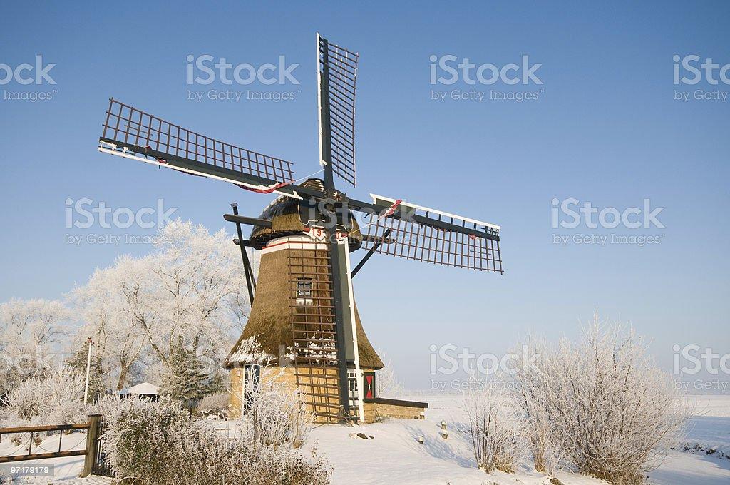 mill dans un paysage d'hiver photo libre de droits
