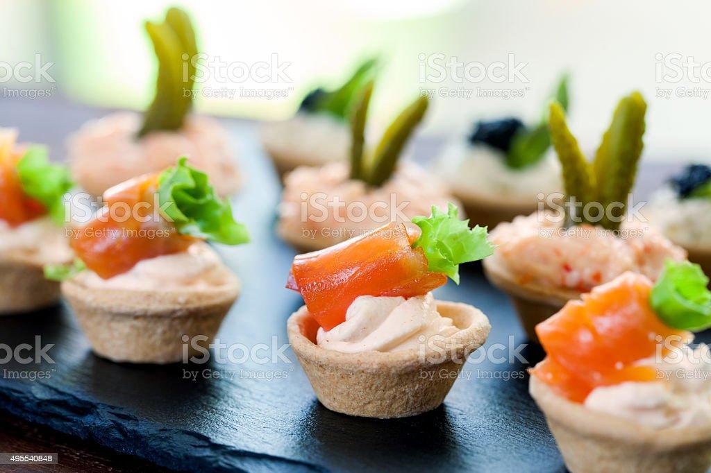 Mini-tartelettes feuilletée avec du saumon fumé rembourrée. photo libre de droits