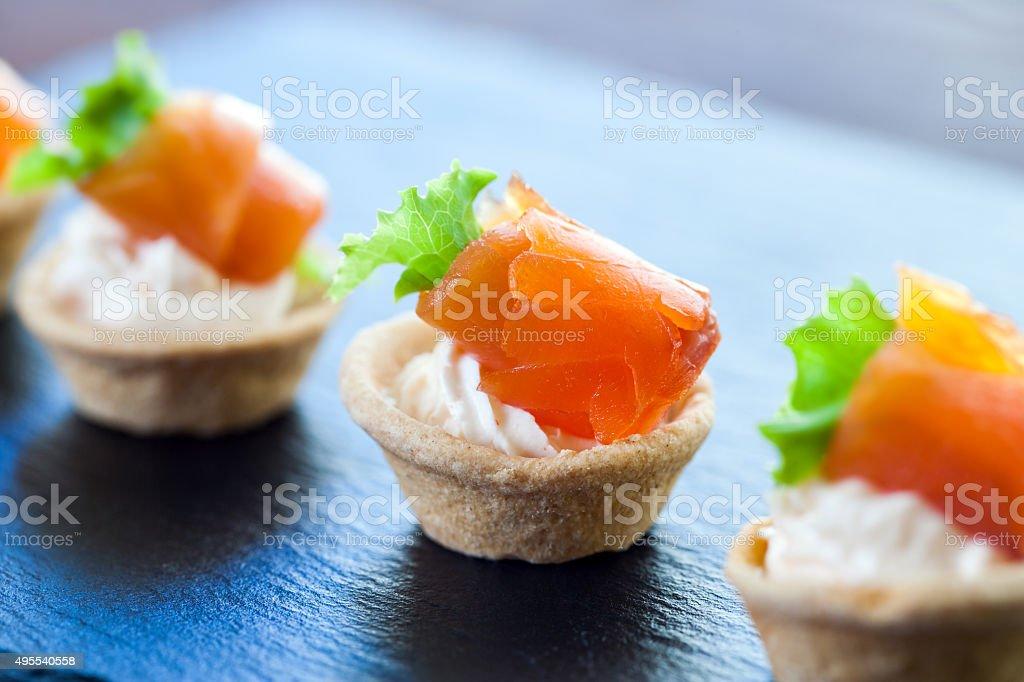 Pâtisserie Mini-tartelettes au saumon fumé pour un service traiteur. photo libre de droits