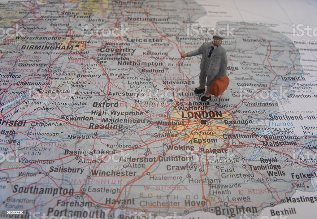 Mini personne debout sur une carte photo libre de droits