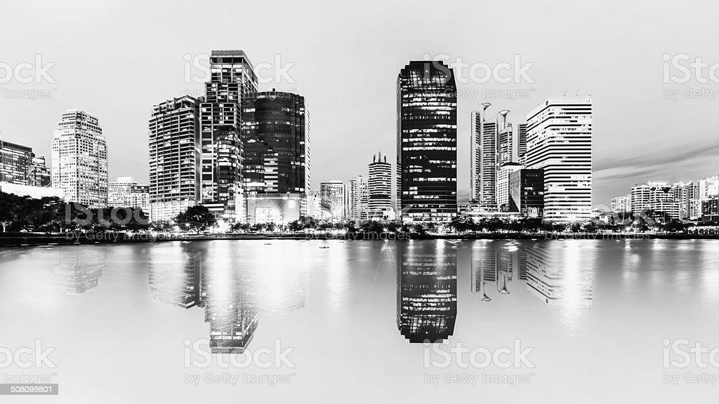 Spiegel Wasser mit Nacht Stadt Bangkok, Thailand Lizenzfreies stock-foto