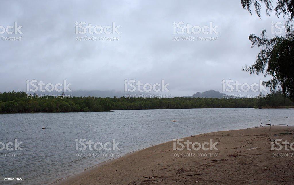 Туман и туман После дождя на море пляж и облака Стоковые фото Стоковая фотография