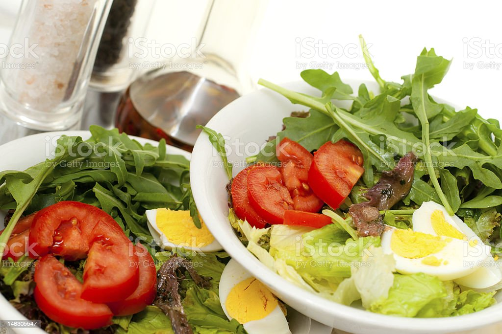 Mischen einen Salat mit Eier, Sardellen, Salz und Pfeffer. – Foto