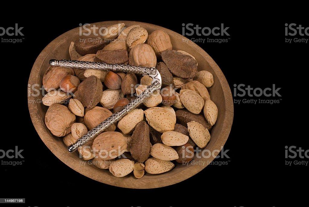 Nozes mistas, tigela de madeira, e Cracker, preto Iso. foto royalty-free