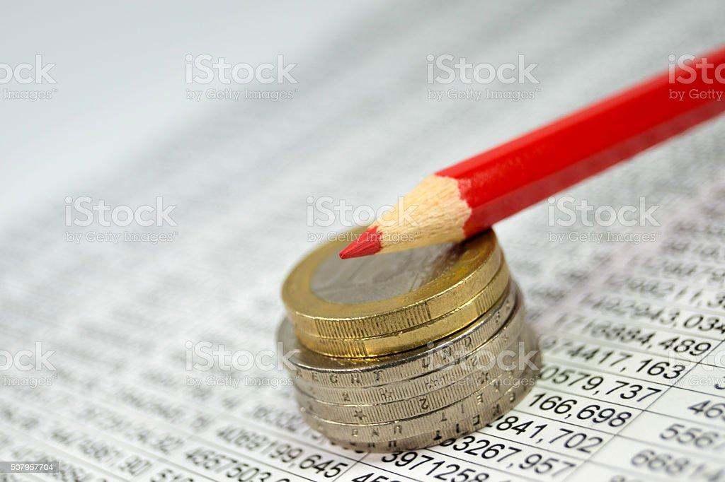 Münzen und ein Rotstift stock photo