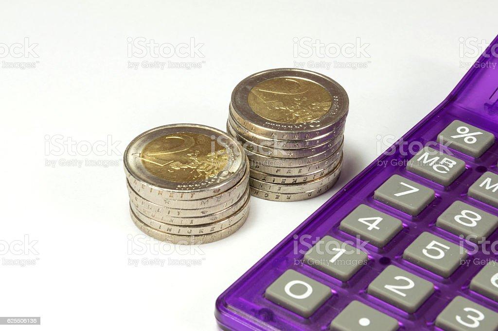 Münzen und ein Taschenrechner stock photo