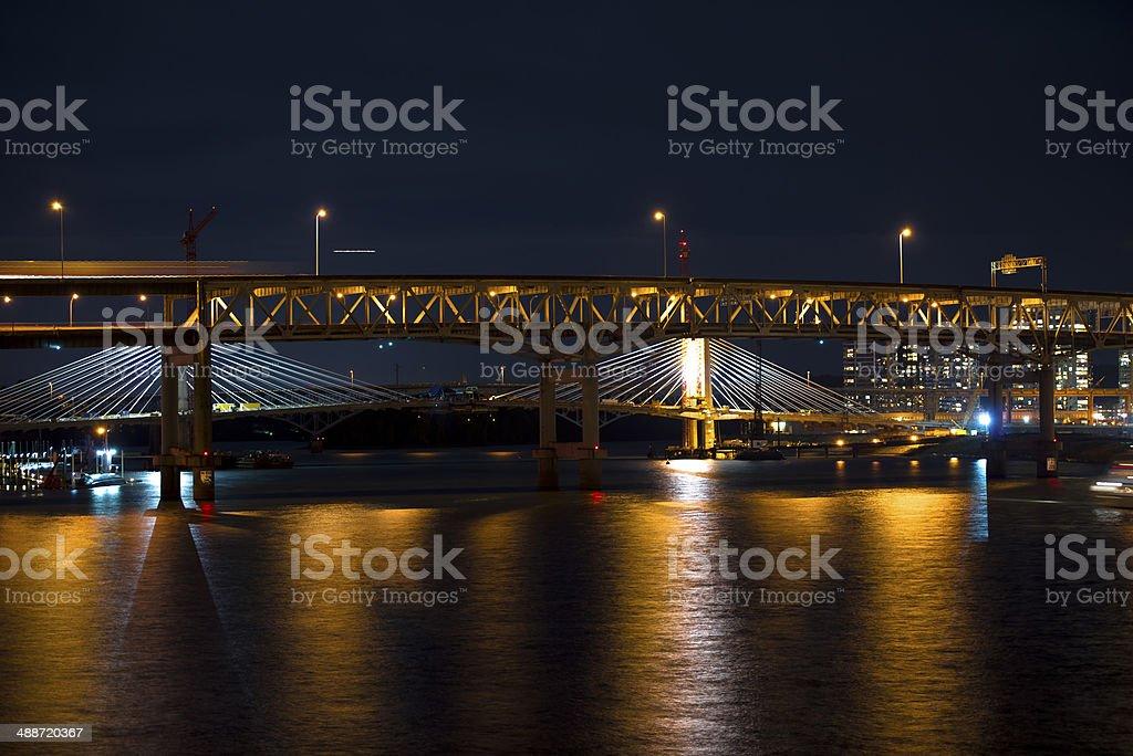 Moderno e classico sera ponti attraverso il fiume Willamette in Portland foto stock royalty-free