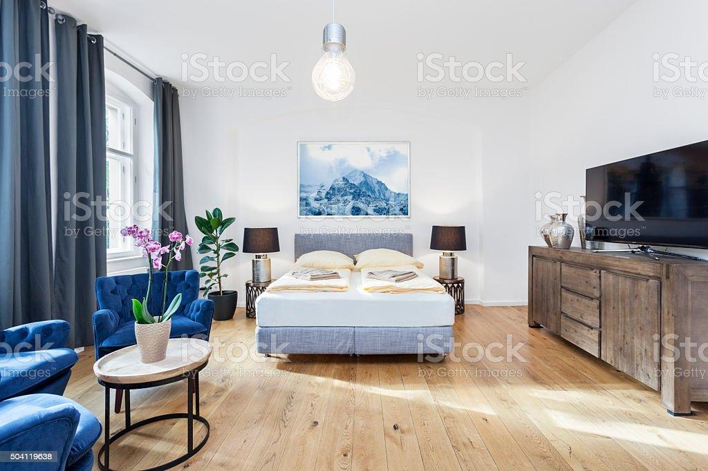현대식 침실 Tv 좌석 공간 및 킹 사이즈 침대 1개 스톡 사진 ...