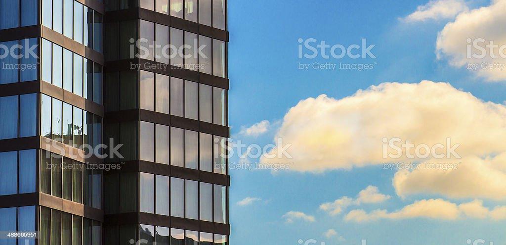 Modernes Gebäude, Fenster und Wolken Lizenzfreies stock-foto