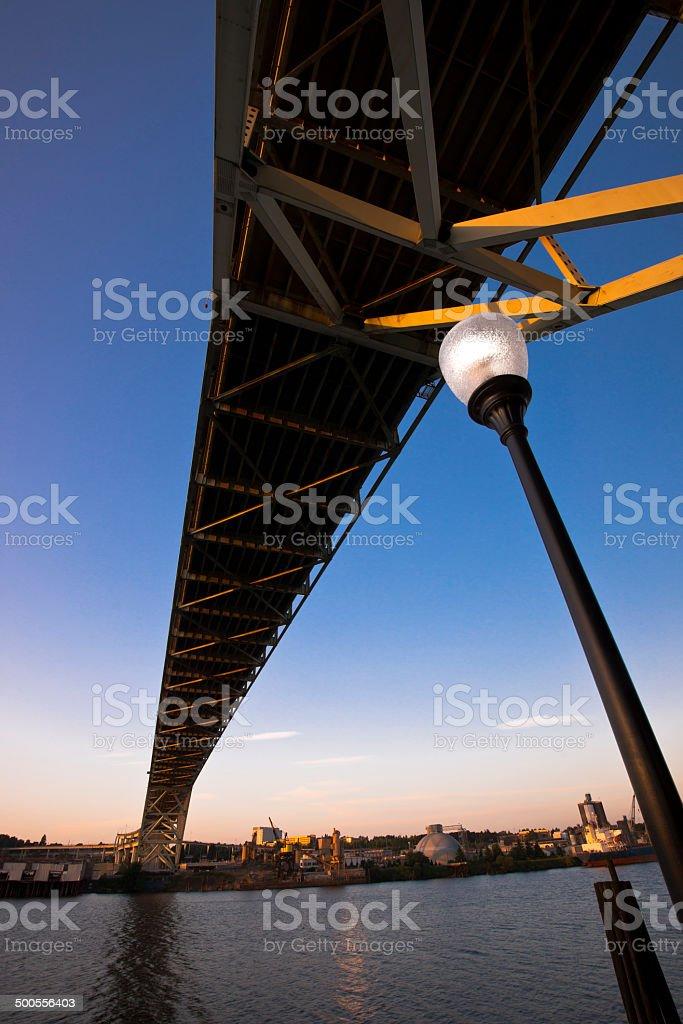 Visione moderna Fremont Ponte sul fiume Willamette e città streetlight foto stock royalty-free