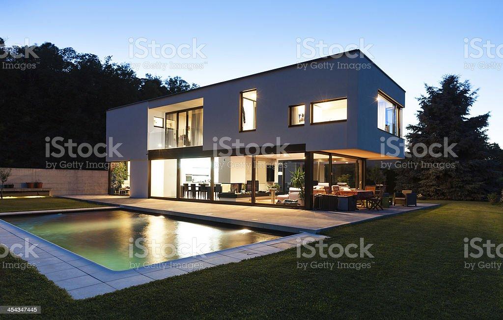 Moderne luxusvilla mit pool  Moderne Villa Mit Pool Stockfoto 454347445 | iStock