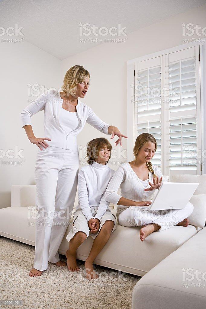 Madre viendo niños uso de computadora portátil foto de stock libre de derechos