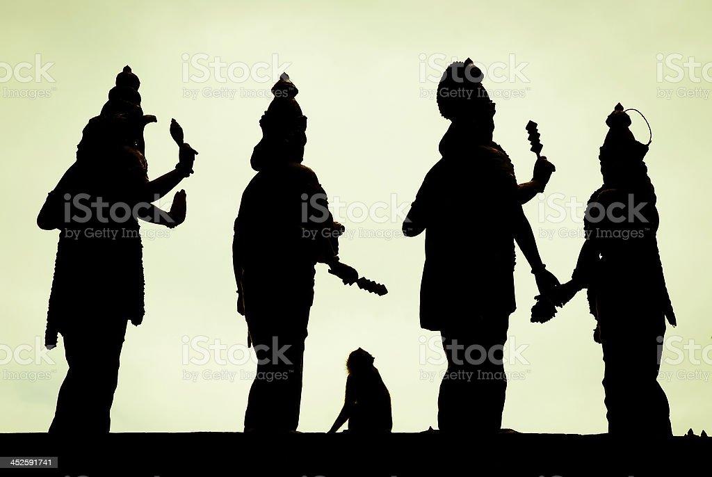 Mono de estar entre estatuas de dieties hindú foto de stock libre de derechos
