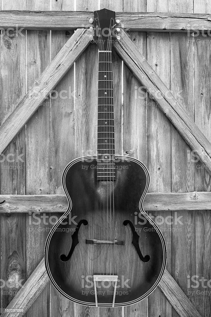 Monocromático Vintage de guitarra acústica no muro foto royalty-free