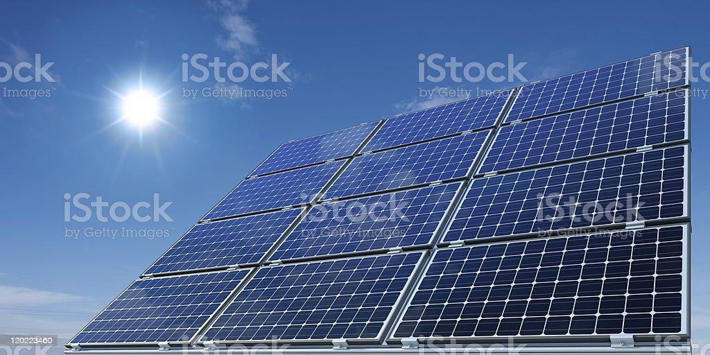 Monokristalline Solarmodule vor sonnigem Himmel stock photo