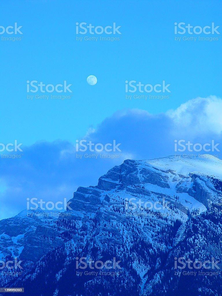 moon, Mystère, et la montagne photo libre de droits
