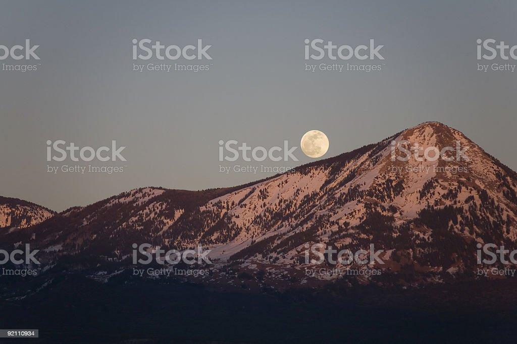 Moonrise su Montagne Rocciose foto stock royalty-free
