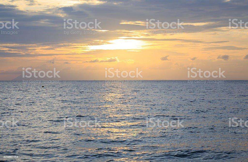 Утро теплый закат и море волны брызг воды поверхности Стоковые фото Стоковая фотография