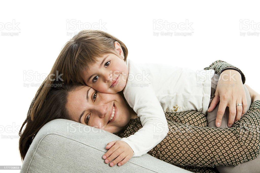 Mère et fille sur le canapé. photo libre de droits