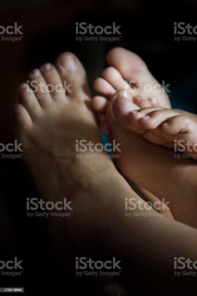 Mãe e filha de pés relaxar na sala de estar foto royalty-free