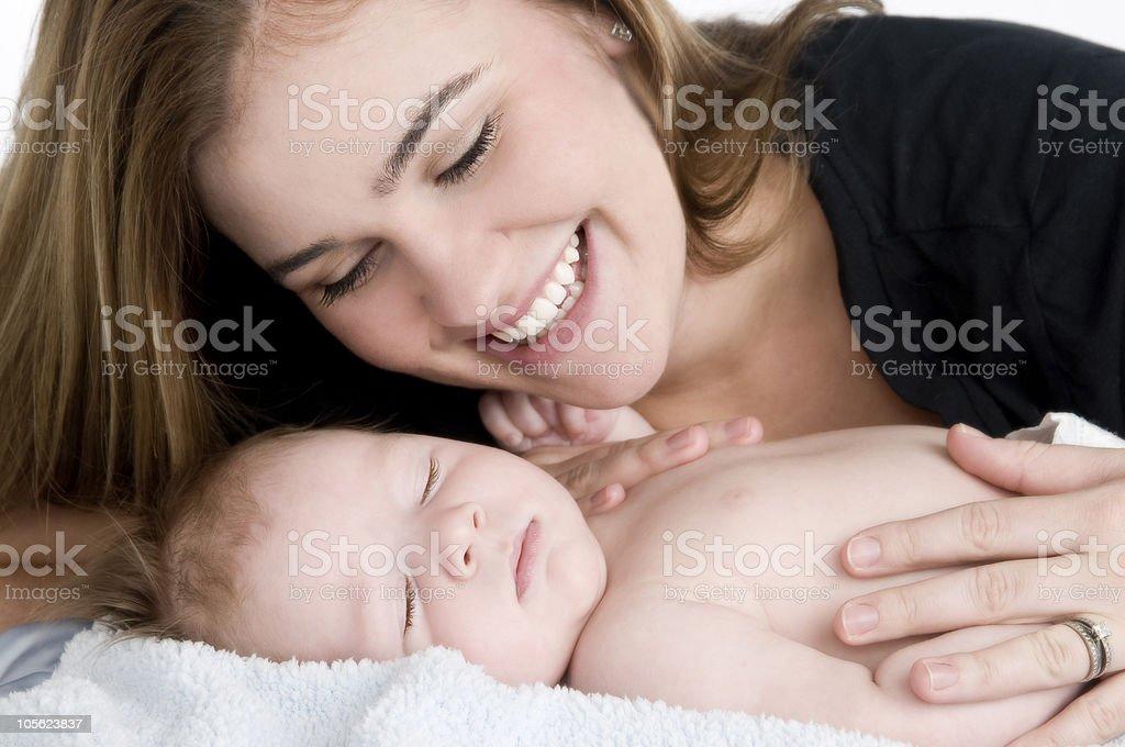 Madre y bebé niño durmiendo foto de stock libre de derechos
