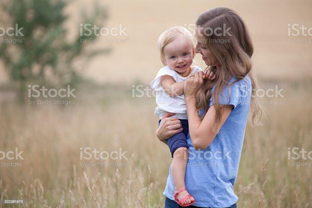 Mutter Holding Baby Mädchen in der Wiese – Foto