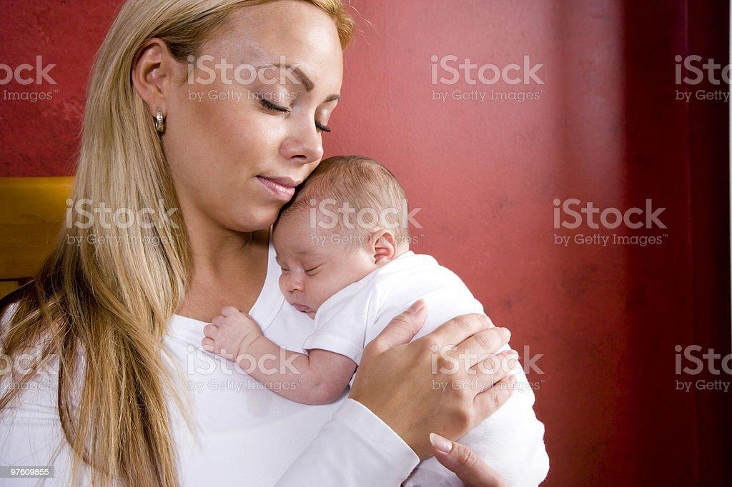 Madre sostiene recién nacido bebé en mecedora foto de stock libre de derechos